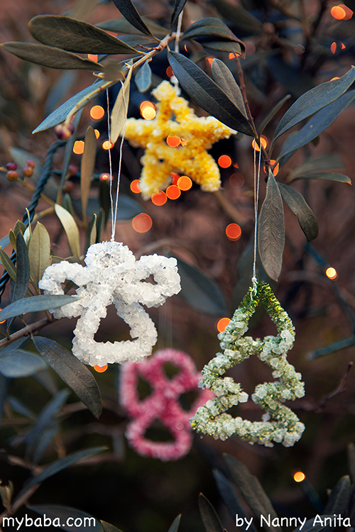 Pipe cleaner crystal decorations: Grow borax crystals on pipe cleaners to make beautiful Christmas tree decorations while doing a fun stem experiment with children.